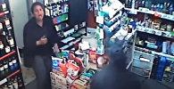 Отбилась от грабителя ножом — видео о смелой продавщице стало хитом Сети