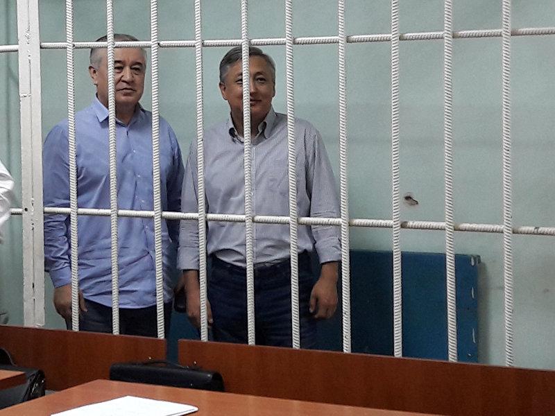Депутат ЖК Омурбек Текебаев и бывший посом Дуйшон Чотонов в зале Первомайского районного суда в Бишкеке