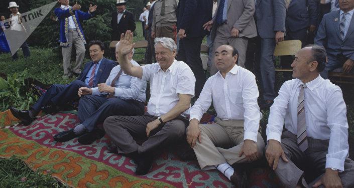 Россиянын биринчи президенти Борис Ельцин кыргызстандык кесиптеши Аскар Акаевдин архивдик сүрөтү