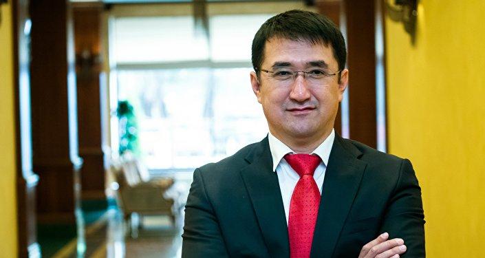 Бизнес-консультант Рысбек Бекембаев во время фотосессии