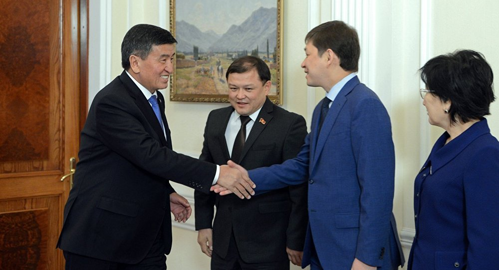 Президент Сооронбай Жээнбеков, премьер-министр Кыргызской Республики Сапар Исаков и торага Жогорку Кенеша Дастанбек Джумабеков. Архивное фото