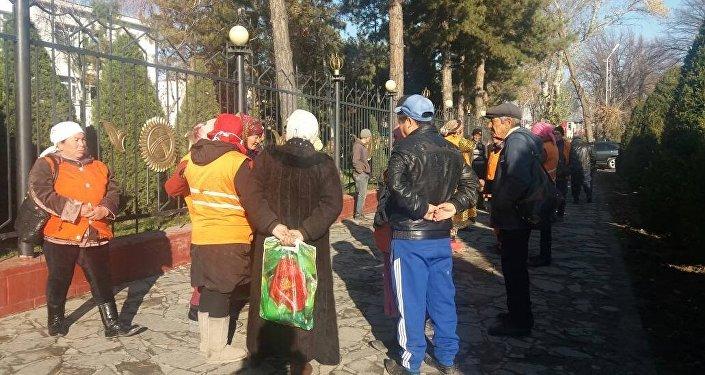 Жалал-Абад шаарынын Көрктөндүрүү жана жашылдандыруу департаментинин жумушчулары нааразычылык акциясына чыгышты