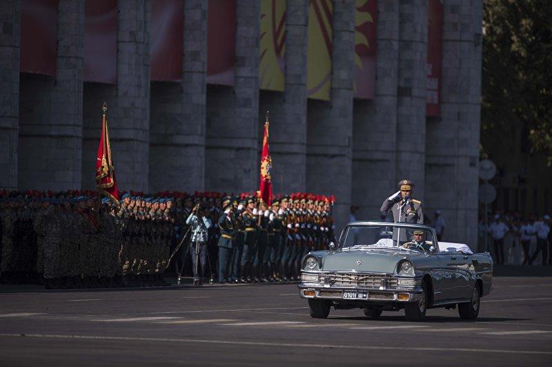 Глава Генерального штаба Вооруженных сил КР Райимберди Дуйшембиев на легендарной Чайке