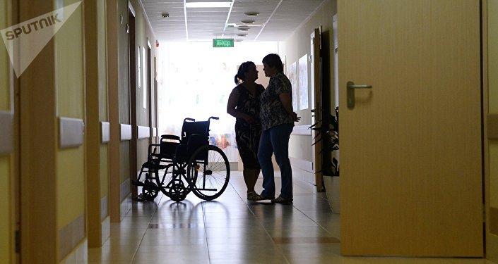 Инвалидная коляска коридоре больницы. Архивное фото