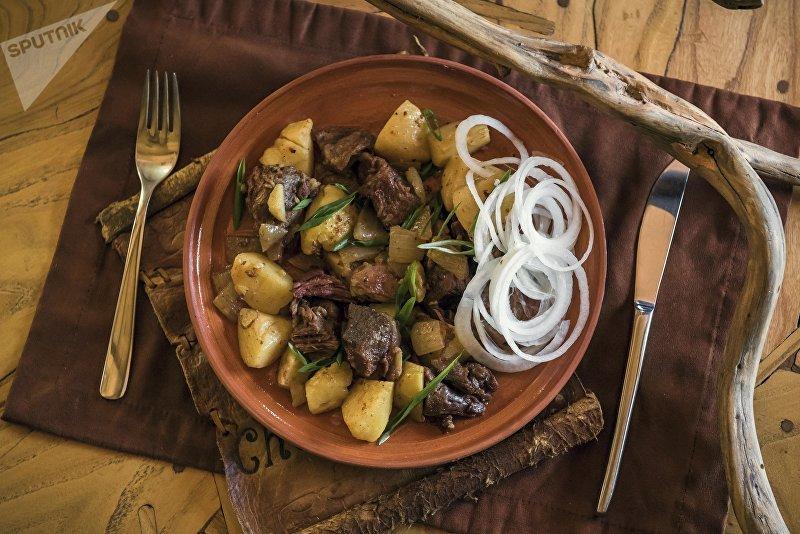 Куурдак, который по традиции жарится и подается гостям как первое блюдо из мяса свежезарезанного барана