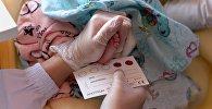 Медсестра берет кровь у ребенка на анализ. Архивное фото