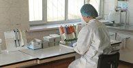 Медсестра проводит анализ крови на ВИЧ. Архивное фото