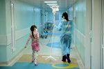 Женщина с дочерью в онкологическом отделении клинической больницы. Архивное фото
