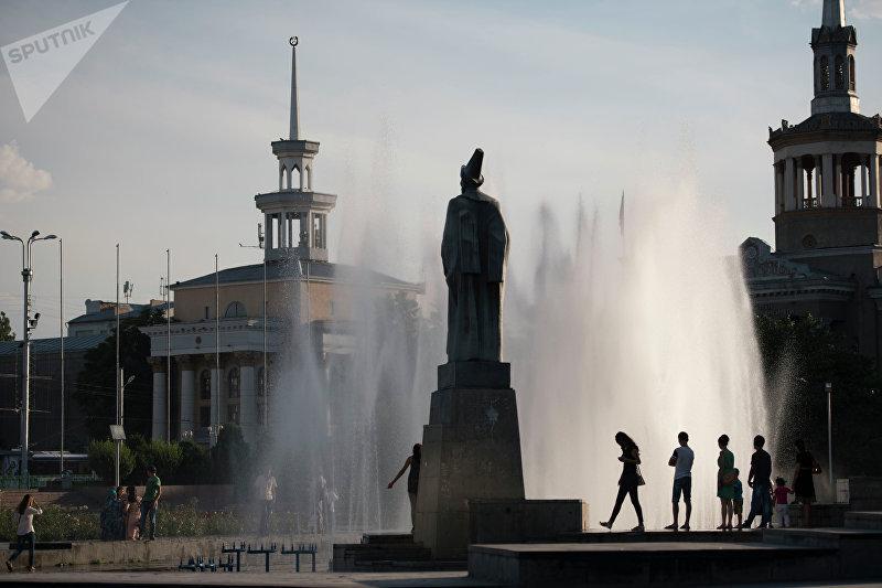 Молодежь возле площади филармонии