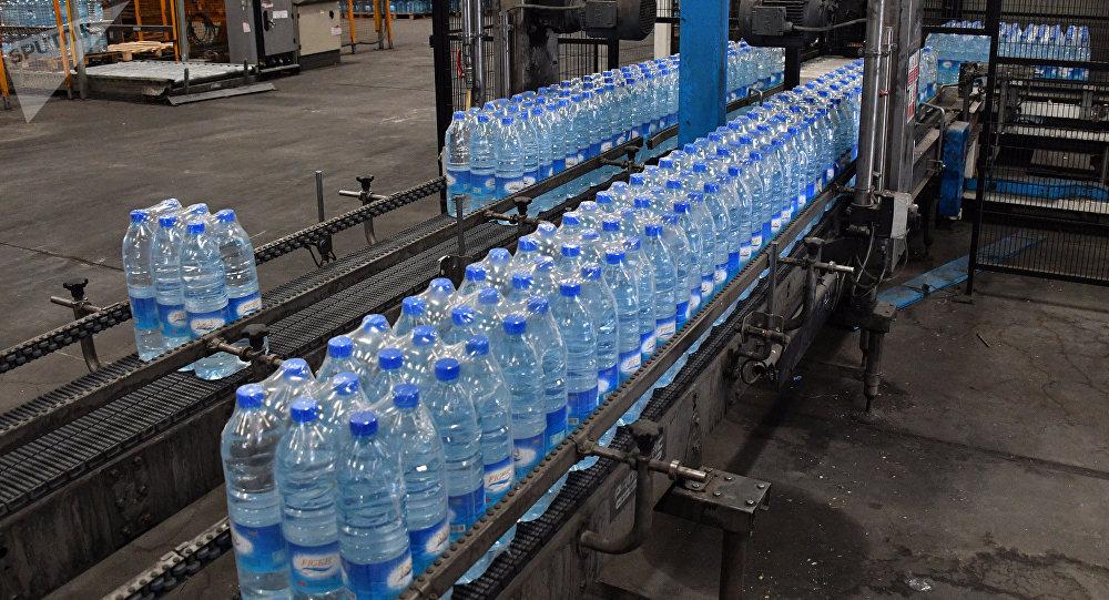 Производство минеральной воды. Архивное фото