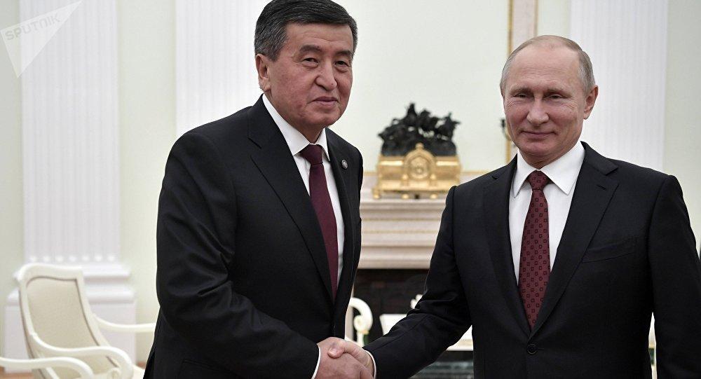 Президент РФ Владимир Путин и президент КР Сооронбай Жээнбеков во время встречи в Москве