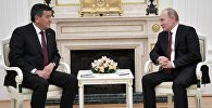 Президент РФ Владимир Путин и президент Кыргызстана Сооронбай Жээнбеков (слева) во время встречи. Архивное фото