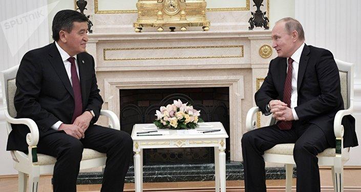 Президент Кыргызстана Сооронбай Жээнбеков и глава России Владимир Путин встретились в Кремле в узком кругу