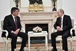Архивное фото президента РФ Владимира Путина и президента Кыргызстана Сооронбая Жээнбекова (слева)