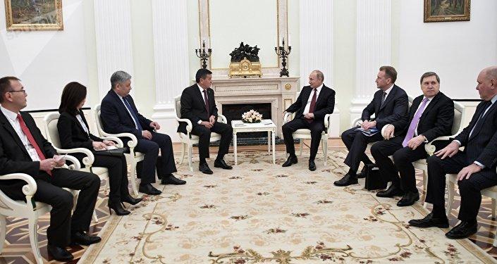 На переговорах Путин поздравил Жээнбекова со вступлением в должность.