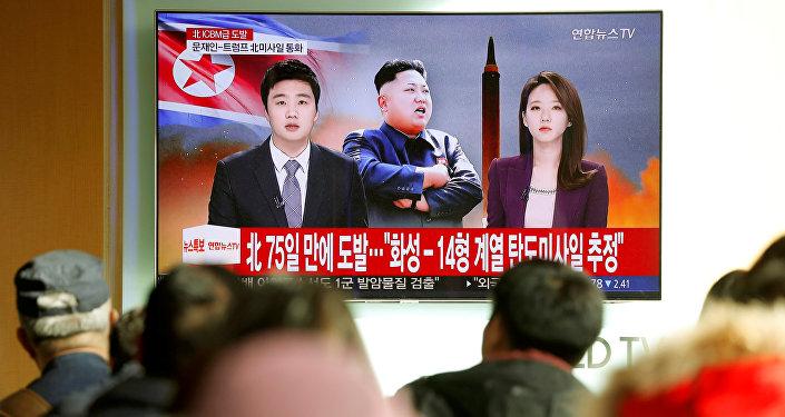Люди смотрят новостную телепередачу, где сообщается о запуске межконтинентальной баллистической ракеты в КНДР. Сеул, Южная Корея, 29 ноября 2017 года