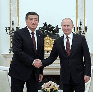 Кыргызстандын өлкө башчысы Сооронбай Жээнбеков жана Владимир Путиндин архивдик сүрөтү