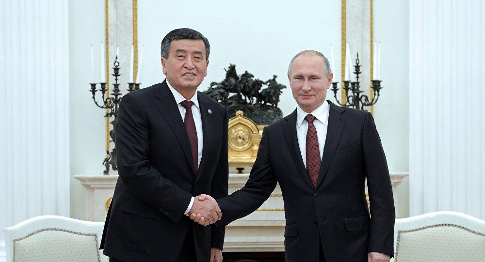 Архивное фото президента КР Сооронбая Жээнбекова во время встречи с президентом России Владимиром Путиным