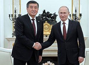 Архивное фото президента КР Сооронбая Жээнбекова во время встречи с главой  РФ Владимиром Путиным