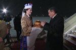 Красавица с хлебом и солью встретила Жээнбекова в аэропорту Минска — видео