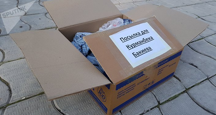 Казакстандын Бишкектеги элчилигинин алдына активисттер Бакиевдин үй-бүлөсү үчүн деп ич кийим менен байпак салынган коробканы таштап кетишти