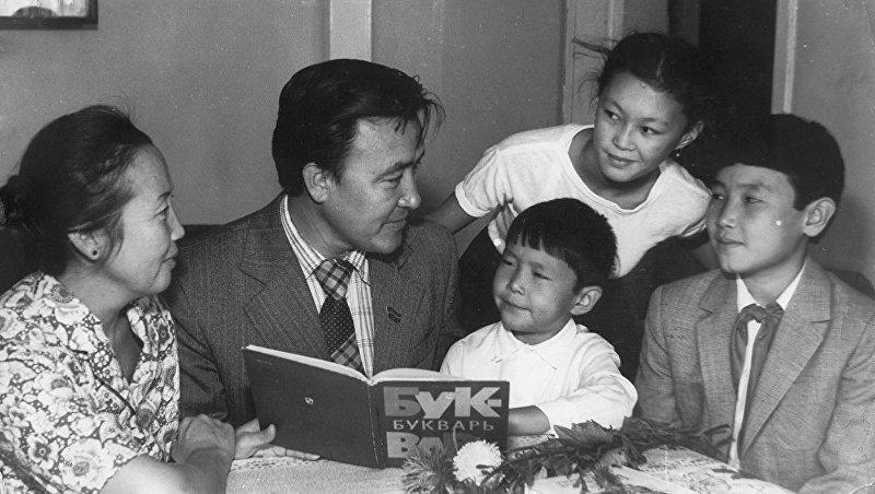 Первый премьер-министр Кыргызстана Насирдин Исанов с детьми