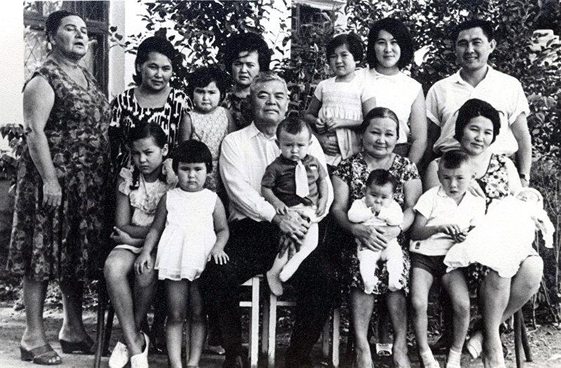 Известный хирург Иса Ахунбаев с детьми и внуками