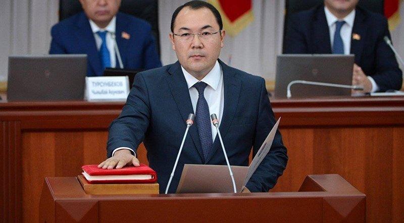 Руководитель аппарата правительства — министр КР Момуналиев Нурханбек во время принесения присяги новыми членами правительства КР