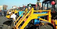 57 единиц новой сельхозтехники, предназначенные фермерам Жалал-Абадской, Баткенской, Ошской областей и города Ош на центральной площади Оша. 30 ноября 2017 года