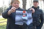 Как активисты пытались отправить нижнее белье Бакиеву — видео