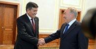 Архивное фото президента Кыргызской Республики Сооронбая Жээнбекова на встрече с главой Казахстана Нурсултаном Назарбаевым