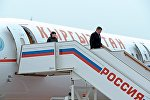 Президент Сооронбай Жээнбеков аэропортто учактан чыгууда. Архивдик сүрөт