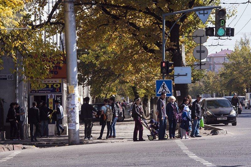 Люди у перекрестка на проспекте Чингиза Айтматова и улицы Ахунбаева