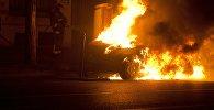 Пожарный тушит горящую машину. Архивное фото