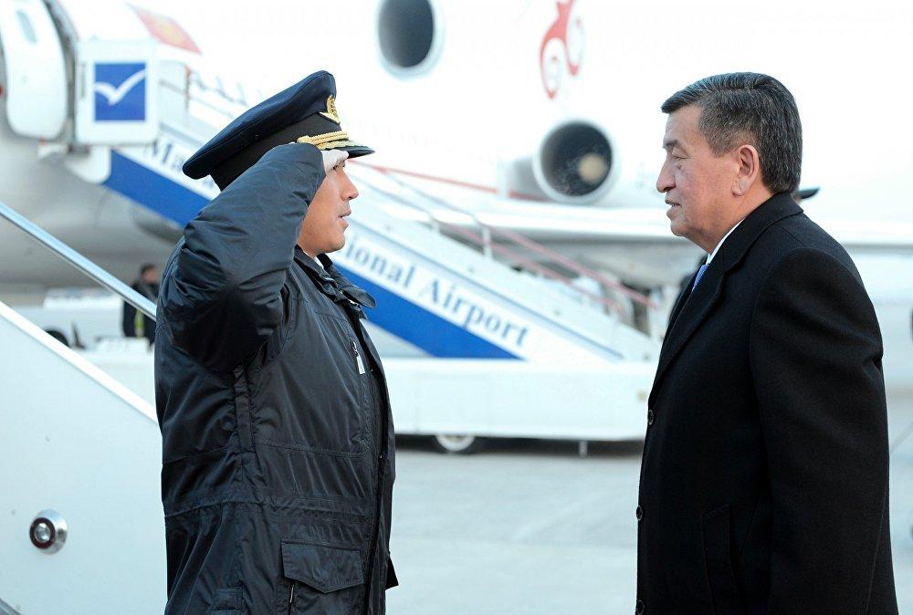 Сооронбай Жээнбеков сапар алдында учактын капитаны менен