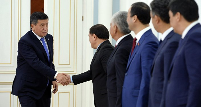 Президент КР Сооронбай Жээнбеков во время встречи с Торага Жогорку Кенеша Дастанбеком Джумабековым и лидерами фракций парламента. Архивное фото