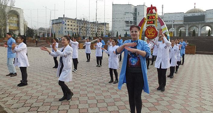 Ала-тоо аянтында студенттер СПИДге каршы бий флешмобун уюштурду