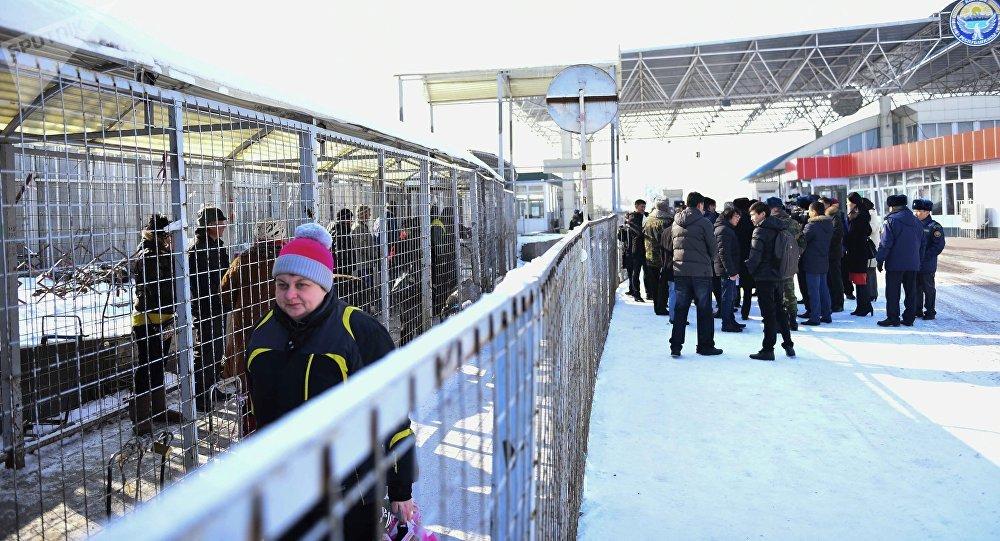 Скопление людей на контрольно пропускном пункте Ак-Жол кыргызско-казахской границе.  Архивное фото