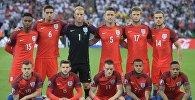 Игроки сборной Англии игрок сборной Англии Дэниел Старридж, Крис Смоллинг, Джо Харт, Гари Кэхилл, Эрик Дайер, Джордан Хендерсон (слева направо в верхнем ряду), Джек Уилшир, Адам Лаллана, Джейми Варди, Райан Бертран и Натаниэль Клайн (слева направо в нижнем ряду) перед началом матча группового этапа чемпионата Европы по футболу - 2016 между сборными командами Словакии и Англии.