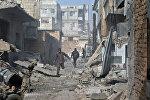 Жители Дамакса пробегают улицу после обстрела боевиками районов Дамаска. Архивное фото