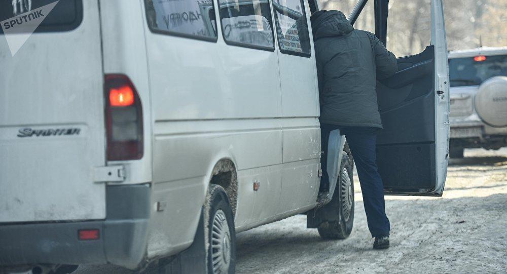 Пассажир садится в маршрутку на одной из улиц Бишкека. Архивное фото