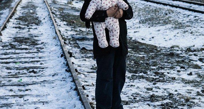 Мужчина держит своего ребенка. Архивное фото