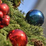 Стеклянные игрушки украшают столичные елки.