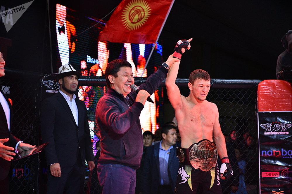 Премьер Темир Сариев рингге чыгып келип, кыргызстандык спортчу Тилек Батыровду жеңүүчү деп жарыялады.