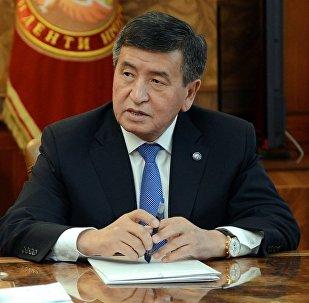 Президент КР Сооронбай Жээнбеков во время встречи с Генеральным прокурором страны Индирой Джолдубаевой. Архивное фото