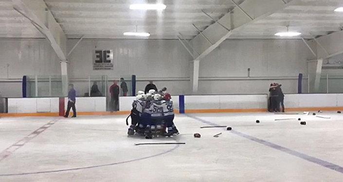 Чечүүчү шайба! АКШда кубанган хоккейчи бөбөктөр кол кабын асманга ыргытты