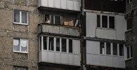 Мужчина курит на балконе. Архивное фото