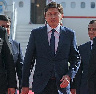 Премьер-министр Сапар Исаков Ташкентке барган учуру. Архивдик сүрөт