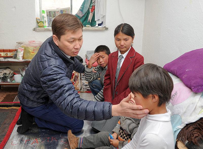 Премьер-министр Сапар Исаков приобрел продукты питания для нарынчанки Эркингуль Казиевой. Он посетил ее дом и ознакомился с условиями жизни