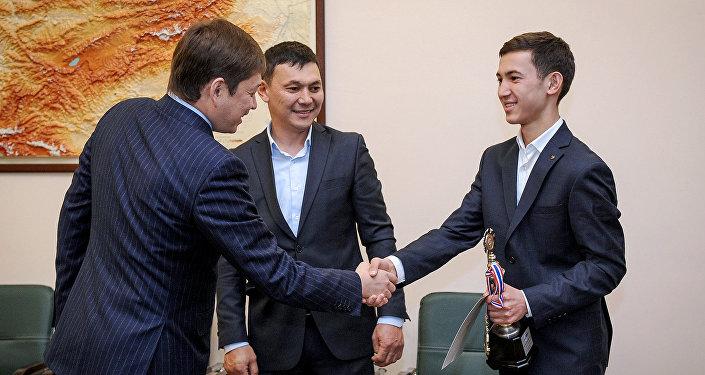 Премьер-министр КР Сапар Исаков встретился с Нурханом Таштановым, обладателем звания Super Champion по ментальной арифметике